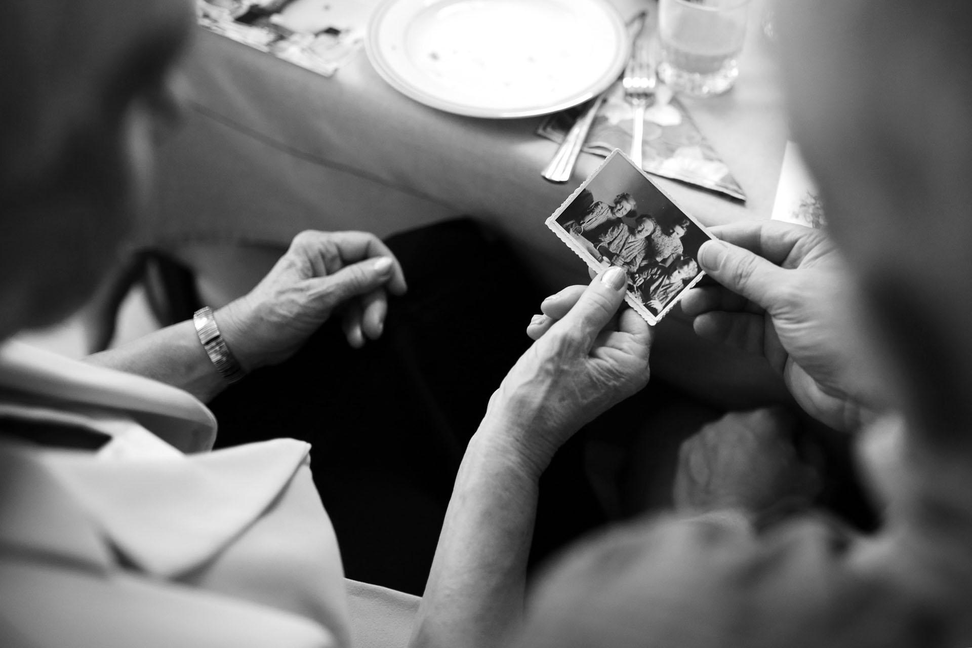 Symbolbild alte Leute mit Fotos, Demenz